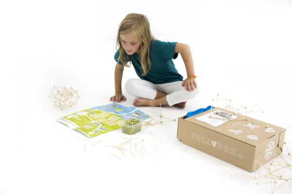 Kind spielt mit dem Inhalt der Tollabox