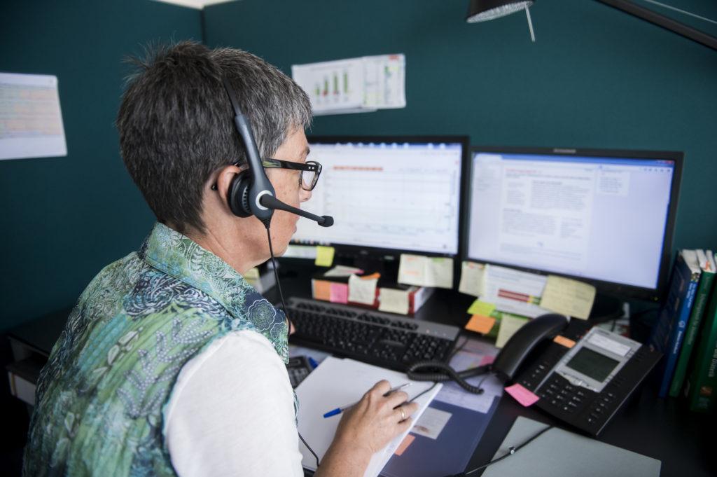 Eine Beraterin die mittels Telemedizin Patienten berät