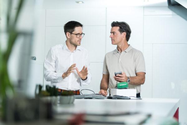 Bomedus-Gründer Dr. Dr. Tobias Weigl mit Markenbotschafter Thomas Berthold
